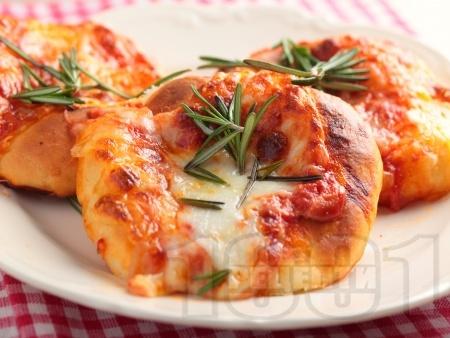 Малки питки със суха мая със сирене моцарела, доматено пюре и розмарин - снимка на рецептата